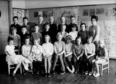 Almby Norra skola, klassrumsinteriör, 22 skolbarn med lärarinna fröken Gudrun Pettersson. Klass 3ah, sal 2.