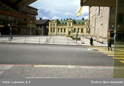 Södertorget, sedermera Olof Palmes torg. Hjalmar Bergman-teatern till vänster och rakt fram det hus som fick ge plats för det nya stadsbiblioteket. Foto taget mot väster Drottninggatan i förgrunden.