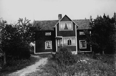 Hagalund, bostadshus. Erik Theon Olssons hem, brädfordrat och tillbyggt med veranda och trapphus.