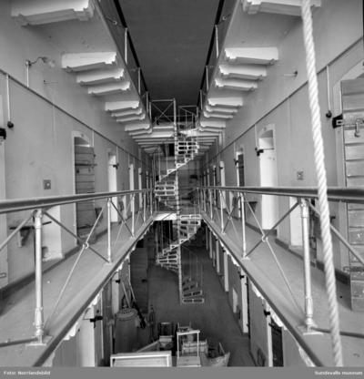 Kronohäktet i Sundsvall inrymde ett 50-tal celler fördelade på tre våningar med järntrappor emellan och klassiska avsatser utanför celldörrarna. Fängelset som byggdes 1879 var i bruk fram till 1946 och revs sedan 1959 för att ge plats för bygget av Åkersviks skola. Interiörbilder.