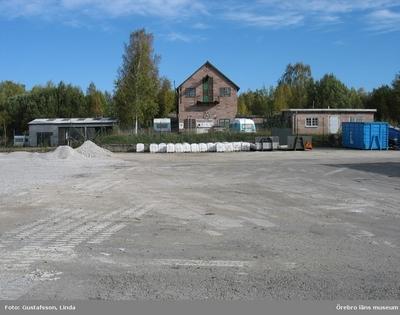 Yxhultprojektet, etapp 1, inventering av Yxhultsbolagets industriområden samt lämningar i landskapet. Hällabrottet, Norra fabriksområdet. Vy över aluminiumförråd, Emultitfabrik samt driftkontor.