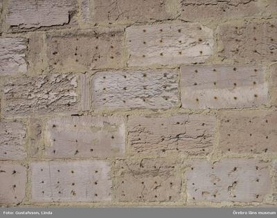 Yxhultprojektet, etapp 1, inventering av Yxhultsbolagets industriområden samt lämningar i landskapet. Hällabrottet 2:10, Norra fabriksområdet. Driftskontor, detalj av rostprover på fasad.