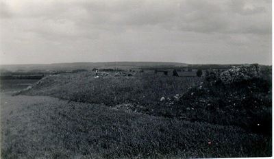 Utgrävning av varggrop med intilliggande skelettgrav juni 1934 av H. Svensson och H. Widéen. Bild på utgrävningsplatsen på toppen av en åsrygg.