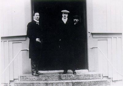 Vintersanatoriet. Med. dokt. Frithiof Alfred Odenius och kronprins Gustav Adolf på Sanatoriets trappa.