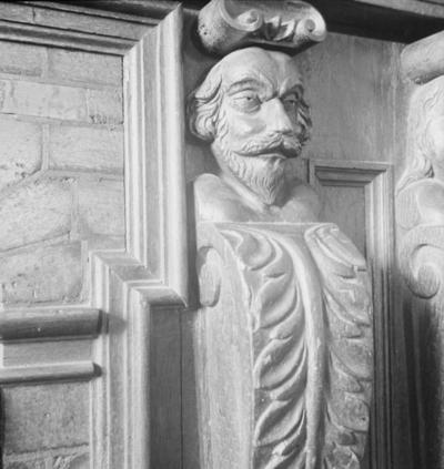 Ekebergskistan med sina reliefer på Ekebergs herrgård (Ekeberg) den 29 juli 1937. På kistan finns tre par med en mans- och en kvinnofigur samt två vapensköldar. Här en närbild på mansfiguren längst till höger på kistan. Enligt en