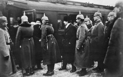 Första världskriget. Rysk delegationen anländer till fredsförhandlingen.