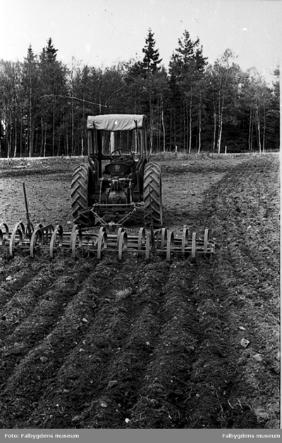Traktor med harv.
