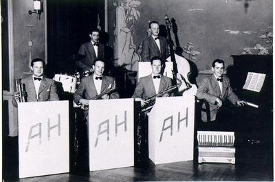 Dansband. Anders Heribertz orkester. Stora hotellets festvåning, 1940-talet. Trumpet Gösta Johansson, trummor Gustaf Andersson, saxofon Johannes Andersson och Gunnar Gunnarsson, bas Gösta Karlsson, vid pianot orkesterledaren Anders Heribertz.