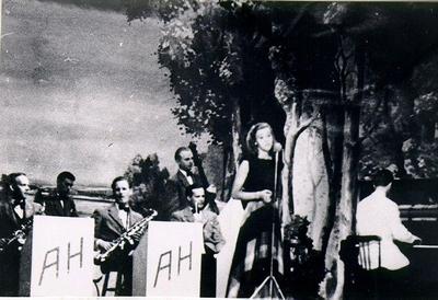 Dansband. Alice Babs och Anders Heribertz orkester i Falköpings Folkets Park, omkring 1940.