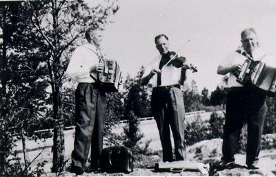 Kinneveds bygdespelmän. På utfärd med Godtemplarbussen till Karlsborg 1968. Från vänster: Gunnar Karlsson, Axel Brenklert, John Karlsson.