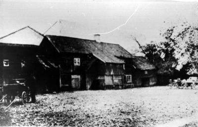Hus på Hallénska gården längst bort.