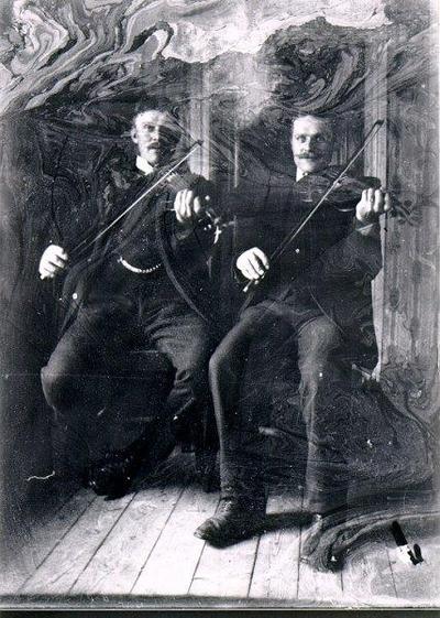 Fiolspelemän. Till höger troligen Josef Söderberg, Sandhem, den till vänster okänd.