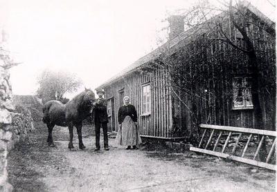 Högalid, Lovene. Emil och Anna Strid, 1920-talet. Ägare av gården 1985 Rudolf Johansson.