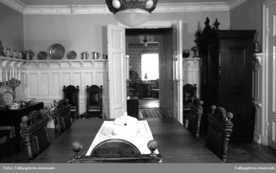 Kv. Guldsmeden. Storgatan 20. Familjen Brandts hem. Matsalen, södra väggen. Dörren leder till sängkammaren. T.v. i gången finns badrum.