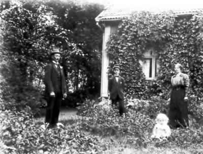 Österås. Emil, Ejnar och Nenny Gustavsson och hennes son Gösta född 1918. Baksidan av huset.