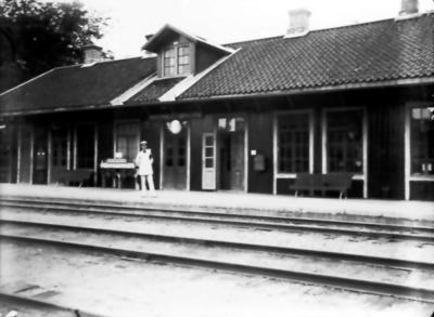 Floby järnvägsstation. Tågklareraren hette Elis Lundgren och var även fin fotbollsspelare i Floby IF.