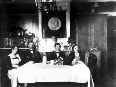 Anna Wikman-Svanström, Torsten Fält, Johan Wikman, Hilda Esberg från Kokasjärvi Fotot taget i stora salen på Gullåkra, bysten föreställer ägaren Erik Stenholm.