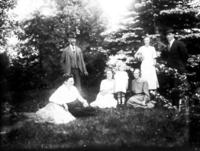 Alphems arboretum. T.v. står grundaren Frans Johan Gegerfelt och framför honom hustrun Amanda. Övriga är barn och barnbarn.