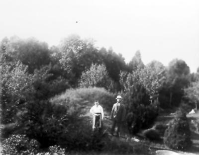 Alphems arboretum, Amanda och Frans Johan Gegerfelt, bakom stugan vid källarebacken. Fågelbadet i högra nedre kanten.