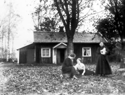 Lunnatorp eller Lunnen som låg på Brogårdens skogsmark. HIlda Joansson, Alva Jonsson, Klara Andersson (Klara på Lunnen). 1916 flyttade Klara till Mariedal och stugan revs.