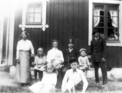 Banvaktstuga nr 80 som låg mellan Välan och Källeryd intill Ramla mosse. HUset inköpte som flyttades till Alphem på 1940-talet. Banvakt Hjalmar Blomgren, frun Hulda, barnen Asta, Bertil, Ester, Göta, Allan och Hilding.
