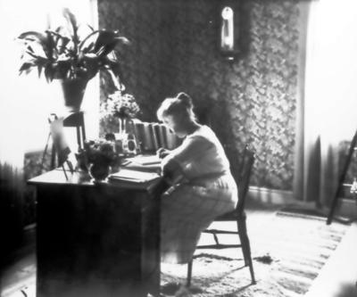 Lärarinnan i Mjäldrunga folkskola Helga Fredriksson (1894-1983). Hon anlade trädgården runt skolan och fick medalj för kunninghet i fruktodling.