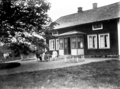 Öhrnells i Skumme. Verandan uppför c:a 1927-28. Ludvig och Lovisa Öhrnell och dottern Olga, Gerhard och Verner Öhrnell.