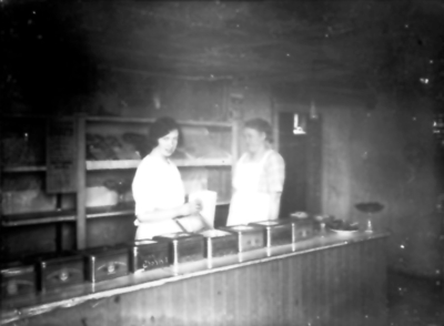 Blomgrens café och bageri i källaren, Storagatn 59. Astrid Öst-Thilander och innehavaren Anna Blomgren.