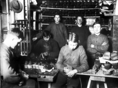 Floby Trätoffelfabrik som startade omkr. 1924. ERik Malm, Erik Nord, Olof Olofsson
