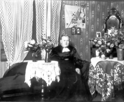Troligen barnmorksan Carolina Söderlund, kanske på 60-årsdagen 1933. Hon avled 1935. På väggen USA:s flagga, kan vara från dottern Ingeborg som emigrerat.