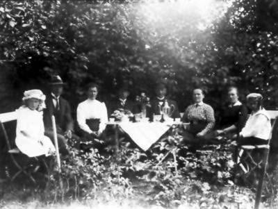 Södergrens i Trädgården, granne med Fälts. Tora och Gustav Södergren, två okända, Carl Johan S. ,ed fru Selma Maria, Hildur S.