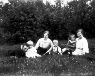 Ljungqvists på Eklundagatan 25. Aron, Ingrid, Gertrud och Henry Ljungqvist och Harry och Ester Thiel.