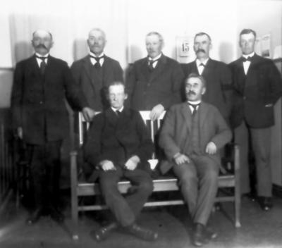 Kommunalnämnden i Floby 1927. Stående Ernst Svarén, Axlenader Jonsson, Carl V Johansson, Karl Johansson och Torsten Fält. Sittande Anders Johans Holmström och F L Wallin (foto taget på hans kontor)