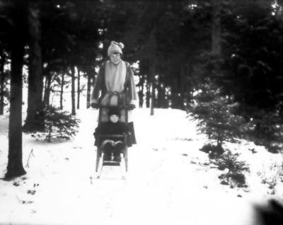 Justina Johansson, gift med löjtn. Gustav Ågaurdh, och dottern Inga-Marie. De bodde på Björkelund i Söbry 1921-23.