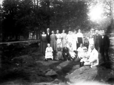 Trevattna kyrkliga ungdomskrets besöker Järnkällan i Gisslared. Kh Klas Lindholm med sonen Åke sitter vid källan.