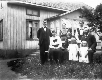 Krabbagården, Lundkvists. Fr.v. polis Dehlin med hustru Hulda och dottern Anna-Lisa. Johan Lundkvist (far till Hulda), bakom honom två döttrar i första giftet, främst två döttrer i andra giftet (Alva och Ella)