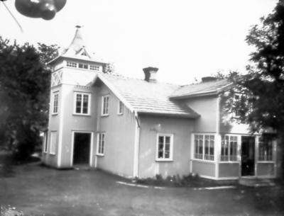 Bostadshuset till Floby mejeri. (Vid trädet bildades Floby IF år 1925, en minnesskylt finns uppsatt på trädet).