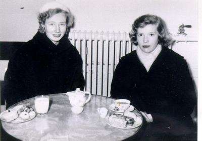 En fika på Fredrikssons Café Falköping. Från vänster: Maj Karlsson (Lindgren), Gun-Britt Nilsson.