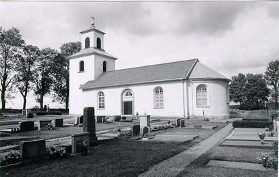 Segerstads kyrka är medelstor, byggd 1804 helt i enkel stil, rappad fastän byggd av huggen sten, som är tagen från den förutvarande vackra och åldriga romanska kyrkan, som stått åtminstone sedan 1100-talet. Den nya kyrkan byggdes endast några meter ovanför norra kyrkogårdsmuren. I denna hade byggts tvenne gravkammare, den ena var känd sedan lång tid tillbaka. Den påträffades vid anläggandet av en grav men befanns tom. Vid grävning för en ny grav år 1970 påträffades den andra. Båda har legat i muren med ingång från norr. Den har tillhört Merserka släkten på Seltorp. På golvet syntes resterna efter flera enkla träkistor.