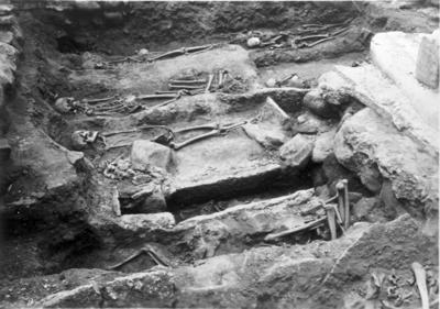Gudhems kloster. Gravar från klostrets kapitelsal. En omfattande utgrävning har vidtagits i kapitelsalen. Under golvet finns ett störra antal gravar. Här fick endast abbedissorna occh de förnämsta nunnorna begravas. Gravarna är gjorda av  kalkstenshällar - en av dem torde härröra från 1240-talet.