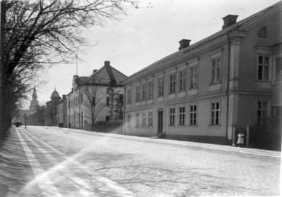 Jungmarkerska huset, Skaraborgs Enskilda bank, Apoteket. År 1859 uppfördes Amelinska gården = nuvarande Apoteket Kronan, doktor Neumans hus = S:t Olofsgatan 11 och snickare Hultings hus = S:t Olofsgatan 13.