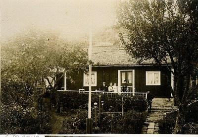 Bestorp. Halvorsens i Bestorp. Ole Halvorsen startade egen pressfabrik i Bestorp år 1915. Stället heter Bergheim men kallades tidigare Sofielund. Största ombyggnaden skedde 1921. Foto: Ove Halvorsen med fru Alma och barn.