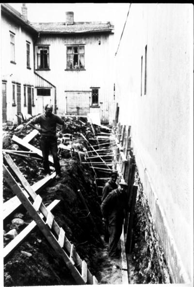 Snickare i arbete med grunden till en byggnad (S:t Olofsgatan 3).