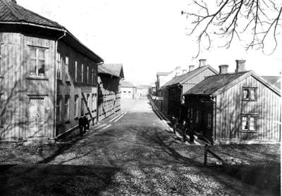 Parti av Storgatan från Östertullsgatan mot Jouvins hotell. Närmast till vänster Blomgrens café och Alfr. Johanssons skrädderi.
