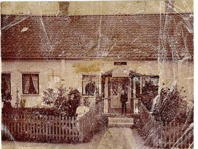 Poliskonstapel Högbergs hus med café och krog. Storgatan 30. Familjen Högberg står i trädgården framför huset. Här byggdes 1902 Ljungqvistska huset.