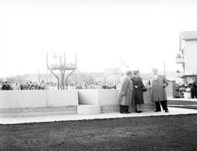 S:t Sigfridsplatsen. Invigningen av brunnen 1954, konstverk av konstnär Margot Hedemann. Brunnskar: Granit/brons. Inköpt 1933.