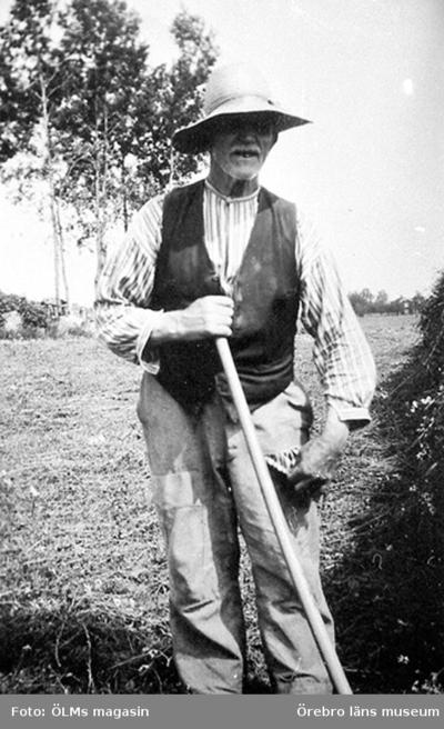 Lantbrukare, snickare, Johan Alfred Boo, Carina Zidarics farfar, enligt henne hade han hässjat hö och slitit upp en reva i byxan.
