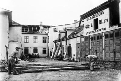 Inne på gården Dotorpsgatan/Trädgårdesgatn, innan Centrumhuset byggdes.