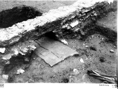 Kantskoning vid förhöjning framför mittkorets altare med under densamma liggande romansk gravsten. (Foto från nordväst)
