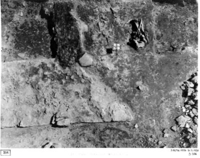 Mittkoret. Detalj av n. delen av äldre korets östmur. Korsen markerar gränshörnen mellan rutorna 58-61 66-69. Vid pilarna trägolv och skelettdelar.